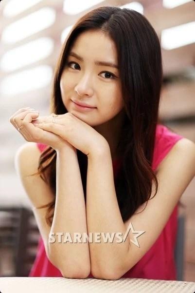 Shin Se Kyung بطلة الدراما التاريخية Six Flying Dragons بجانب Yoo Ah In و آخرين الكاتب Yoo Hye Sen الممثلة شين سي كيونغ ستكون بطلة الدراما التاريخية القادمةsix Flying Dragons بجانب الممثل يو إه إن والعديد من الممثلين و ذلك بعد إنسحاب الممثلة بيك جين هي