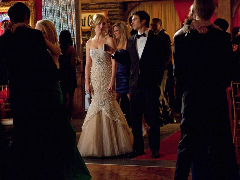 Caroline y Damon en el baile 4X19