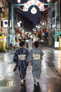 These ladies were walking in the rainy evening. After following them for a while (lucky I wasn't arrested for stalker), it was definitely worth it! I got the photo I wanted.