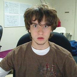George Hotz. Americano, 22 anni, conosciuto in rete con il nick Geohot. Dopo aver scardinato l'iPhone ha sfidato Sony