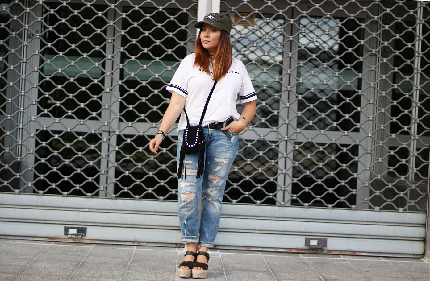 look militaire femme, casquette kaki, military look, jean boyfriend, pull and bear, zara, jennyfer, sac franges, hipanema, sandales compensées, casual style, look, blogueuse mode, fashion blogger