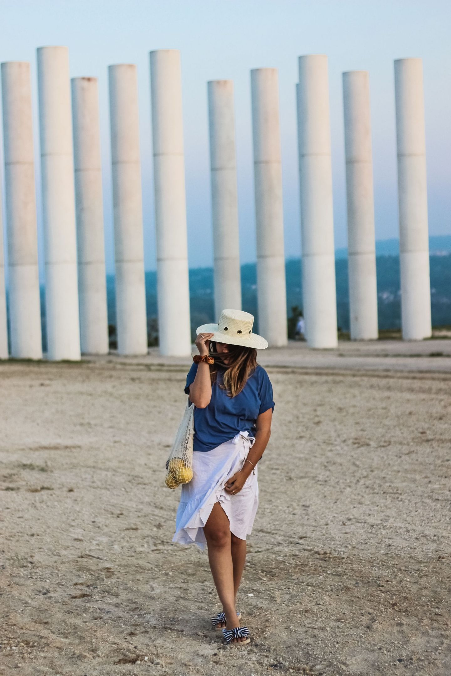 blogueuse française, the green ananas, blog mode, nakd, shein, sac filet, jupe blanche volants, and other stories, chapeau paille, espadrilles noeuds, ananas, nakd in the desert