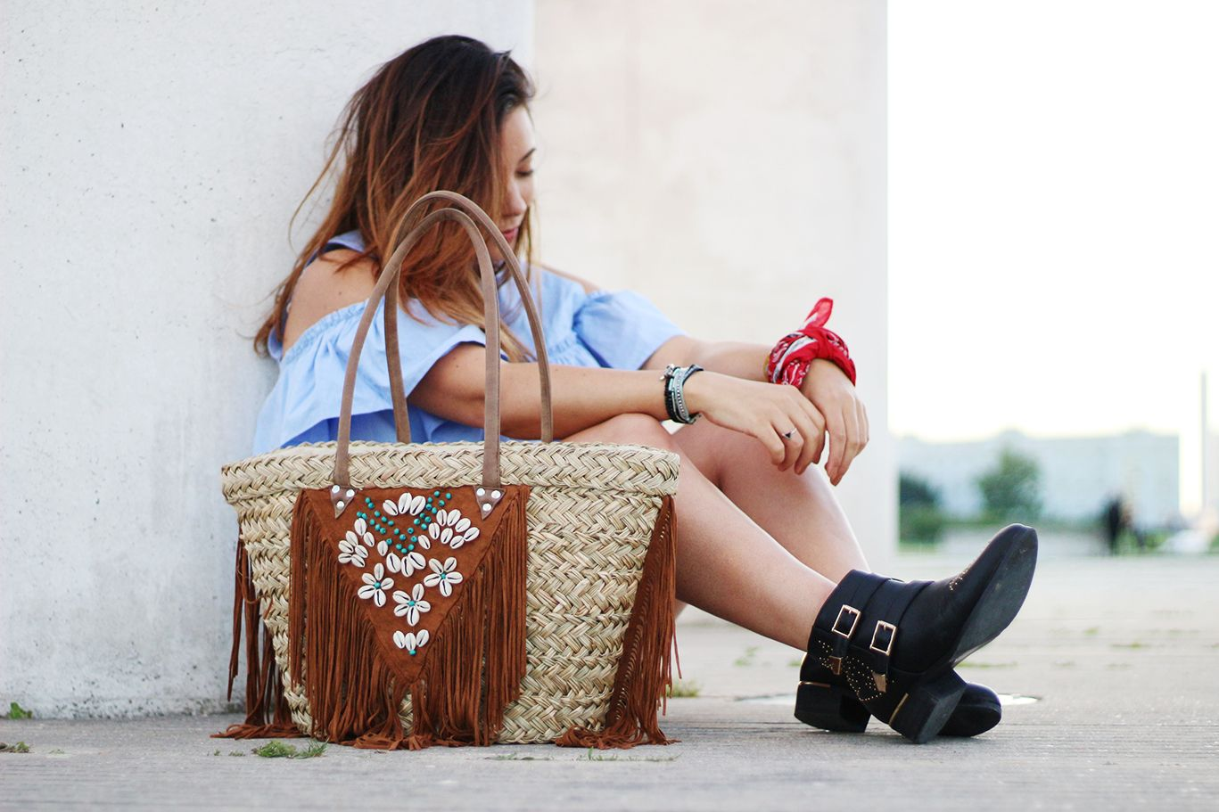 shorts noir zara cuir, short zara simili cuir, short simili cuir, sac hipanema, bracelet hipanema, hipanema, top bleu zara, col bardot, bottines inspi chloé, susanna chloé, primark, style western, fashion, blogueuse mode, bandana, coachella, festivals look, rock festival