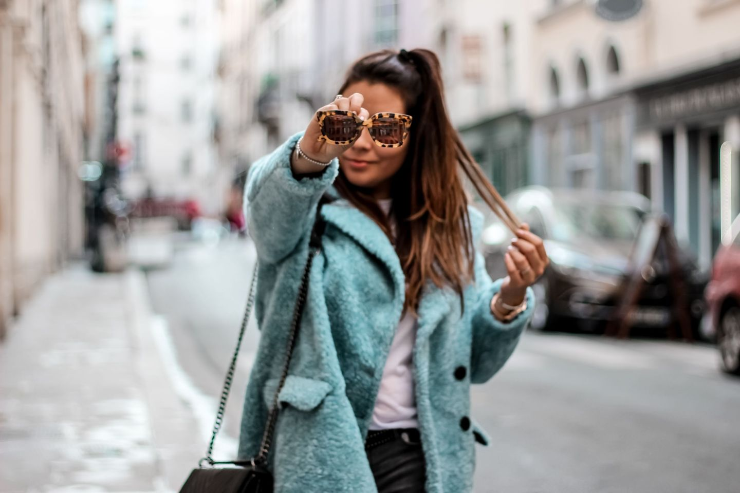 zara, h&m, manteau faux fur, manteau bleu faux fur, macassins femme, mocassins clous, sac inspi chanel, t shirt inspi gucci, the green ananas, blogueuse mode, blog mode, manteau femme, blue mood, cluse, jimmy fairly, caroline receveur