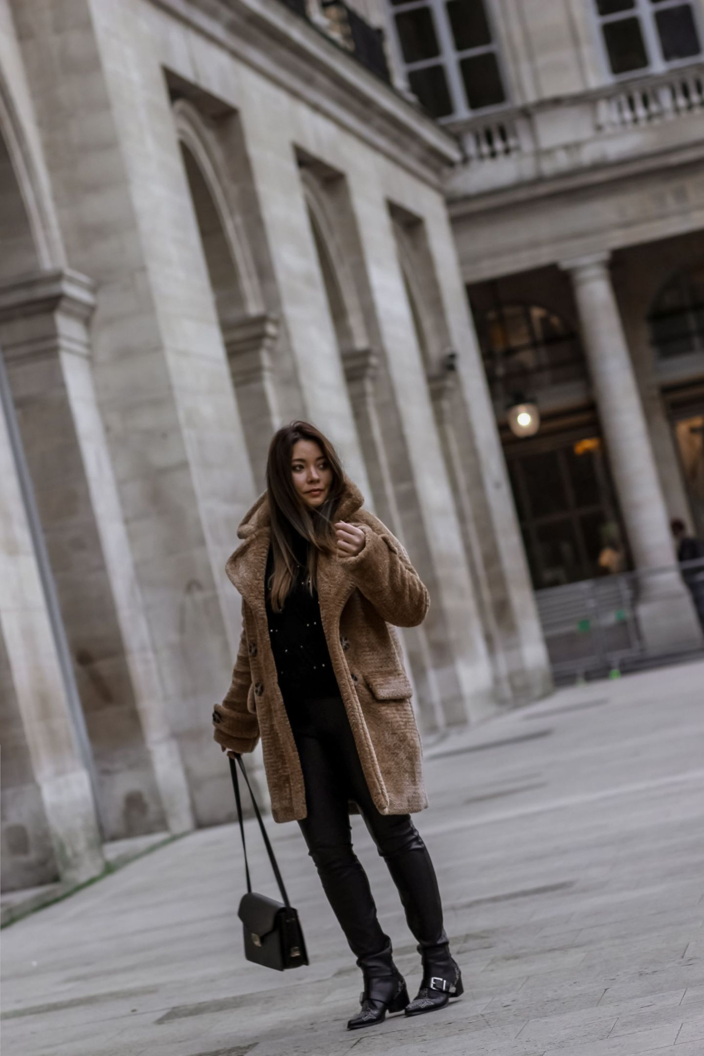 the green ananas, blog mode, blog, mango, pull clous, pantalon simili cuir, zara, sac inspi the kooples, black look, s'habiller en noir, total black look, pinterest, ombre hair, teddy coat bear