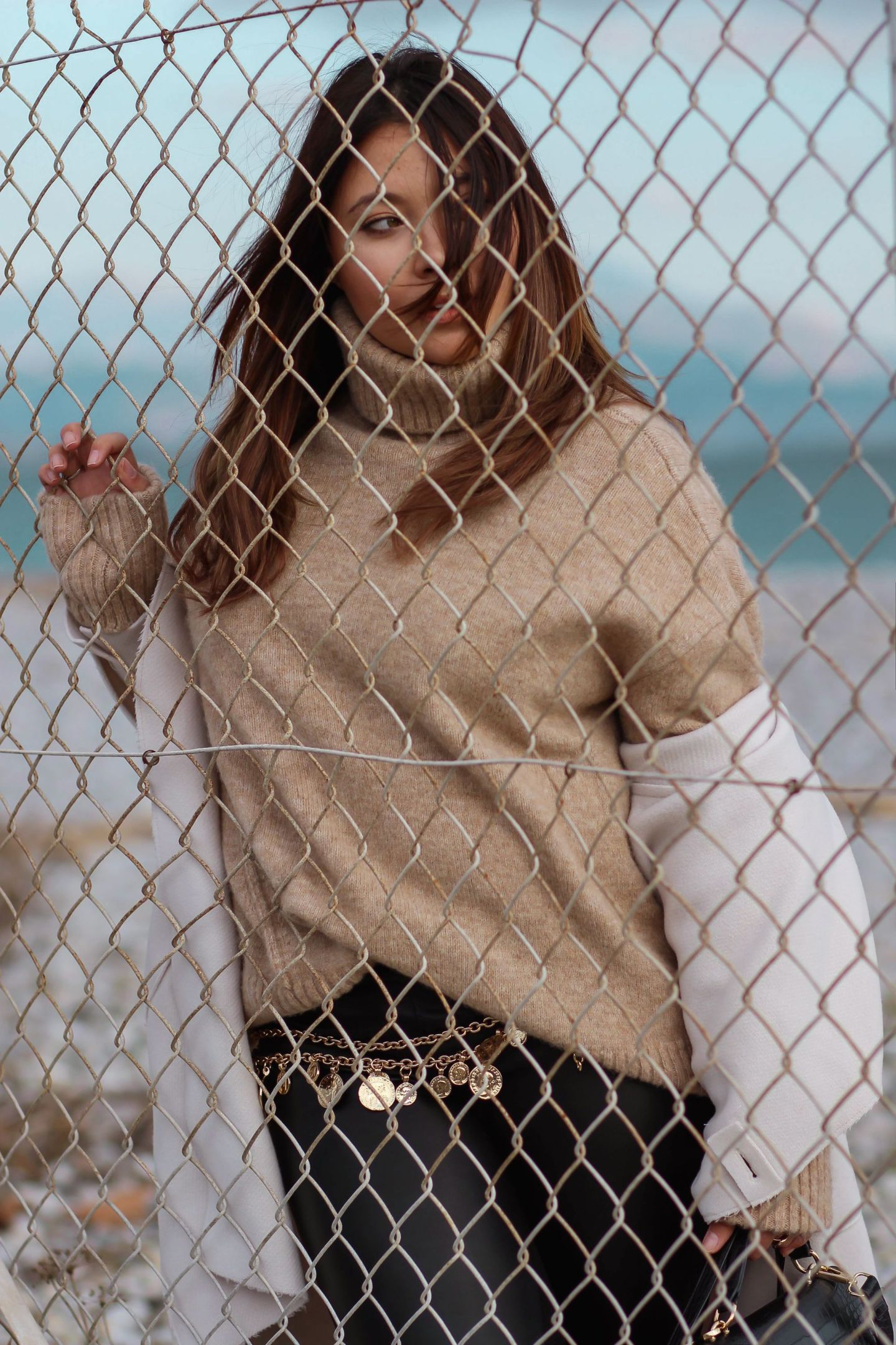 manteau blanc femmme, and other stories, ceinture vintage chanel, pull loose femme, zara, the kooples, the green ananas, bling bling chain belt, boots inspi doc marten