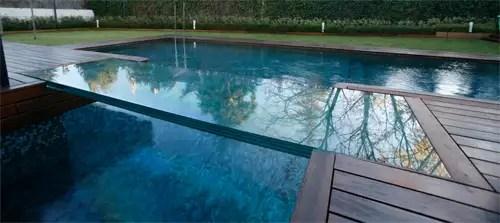Vetrolux. Pasarela de vidrio en piscina. Efecto reflectante.