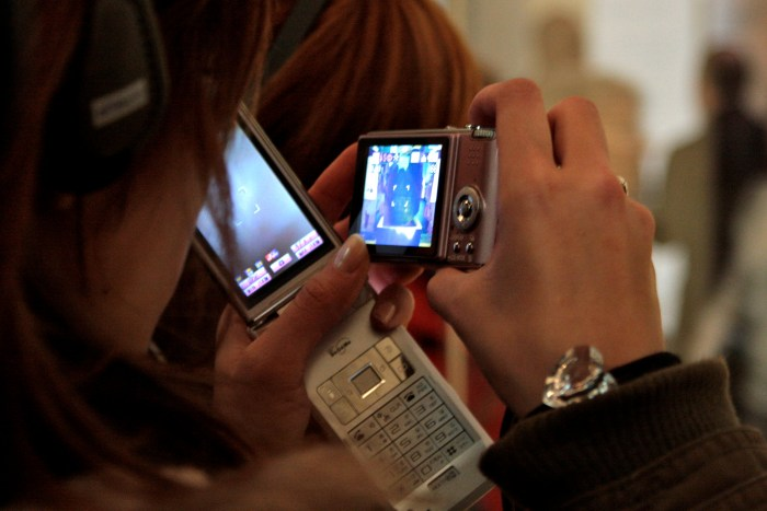 4. In 2008, a tourist in the British Museum simultaneously uses a camera to store images and a camphone to transmit them (photo AG).