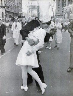 """Alfred Eisenstaedt, """"V-J Day in Times Square"""" (version publiée par Life, 27/08/1945)."""