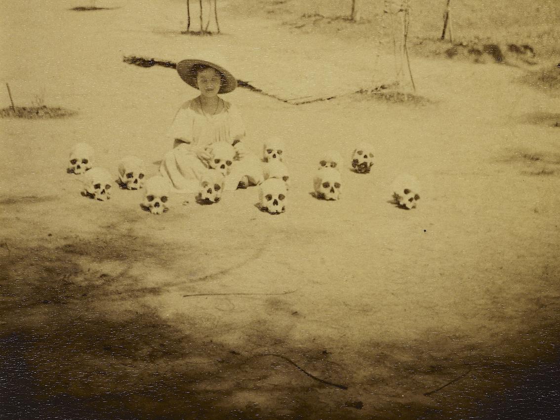R. Bonnetain, petite fille jouant avec des crânes, Kayes, 1894.
