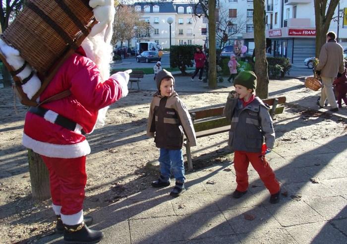 Des enfants rencontrent un père Noël, 2003 (photo AG).