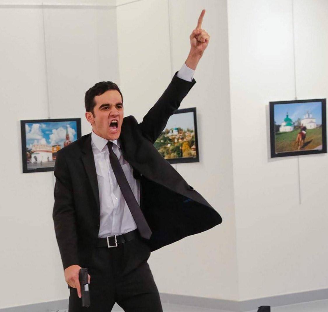 Le meurtre de l'ambassadeur, embrayeur de fiction