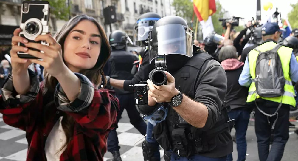 Photomontage à partir d'Emily in Paris (2020).