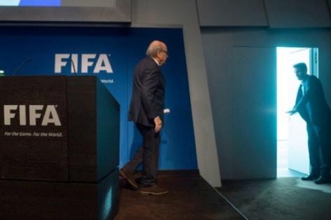 Le président de la Fifa Sepp Blatter quitte la salle de conférences du siège de la Fifa à Zurich après avoir annoncé sa démission, le 2 juin 2015 (AFP/Valeriano Di Domenico).