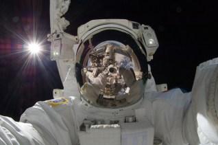 22. Aki Hoshide, selfie spatial, septembre 2012 (Japan Aerospace Exploration Agency).