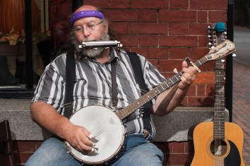 Steve the Musician, King Street. Nikon D200, 50mm 1.8 AF, ISO 100, f/4, 1/125 sec