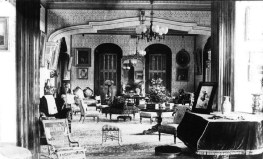 Drawing_room_of_Keoua_Hale_in_1883