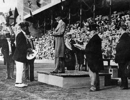 Duke_Kahanamoku_accepting_the_Olympic_Gold_Medal_from_King_Gustav,_Stockholm,_Sweden-(WC)-1912