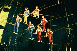 Flying_Wallendas-7-person_pyramid-(image not from Hawaii)