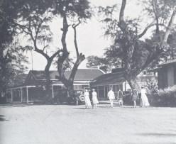 Guests walking toward Seaside office and entry-(SagaOfSandwichIslands)-1913