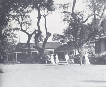 Guests walking toward Seaside office and entry-(SagaOfSandwichIslands)-1913