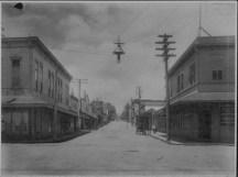 Hilo street scene-H_Hackfeld on right corner-PP-29-5-016