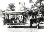 Horse_drawn_tramcars,in_front_of_Aliiolani_Hale-Honolulu-1901