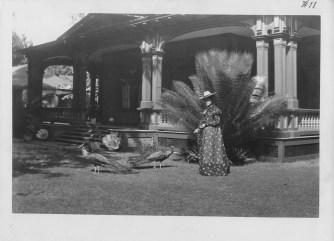 Kaiulani_feeding_peacocks_at_Ainahau_1897