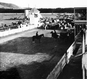 Kapiolani-Horse races were a popular activity at Kapi'olani Park-(waikikivisitor-com)