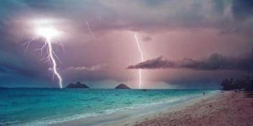 Mokulua-Lightning_Strikes