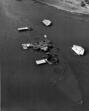 USS_Arizona_(BB-39)_wreck_in_the_1950s