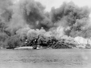 USS_Oklahoma_on_fire-capsizes