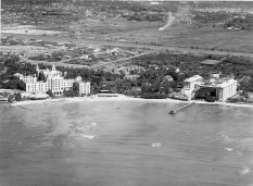 Waikiki-Royal_Hawaiian-Moana-Gumps in background-1930-Smithsonian