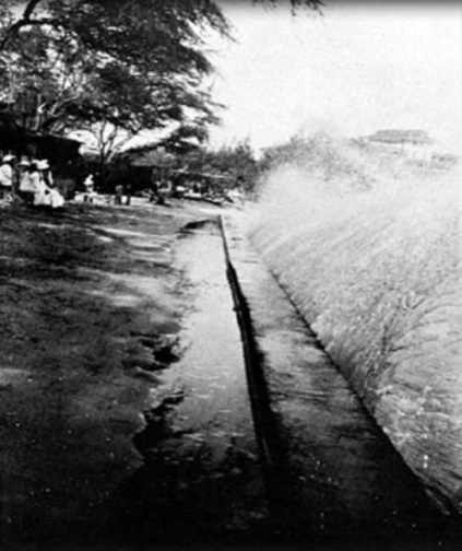 Waikiki-fronting_old-Seaside_Hotel-seawall-1915