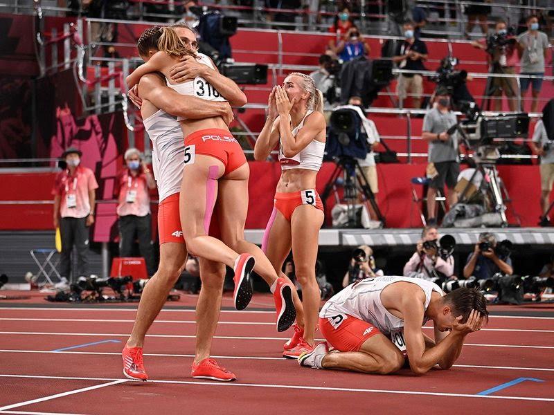Poland celebrate winning the mixed 4x400m relay final