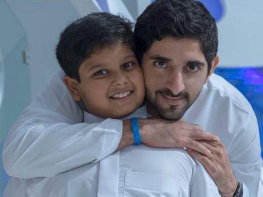 کینسر سے بچ جانے والے عبداللہ حسین کے ہمراہ شیخ ہمدان بن محمد بن راشد المکتوم