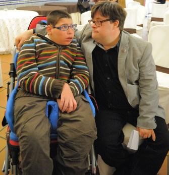 Pablo Pineda con Miguel. Foto: ÁNGEL MEDINA LAÍN.