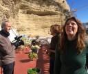 En la terraza de Palmero, observando la espectacular roca bajo el mismo Torreón de Setenil.
