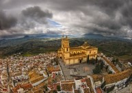 Panorámica de Olvera desde el Torreón, desde donde se puede ver la Iglesia de la Encarnación y el barrio de la Villa. Foto. ANRACU. https://flic.kr/p/9r7JSX