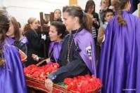 Las más jóvenes reparten claveles rojos. Foto: ÁNGEL MEDINA LAÍN