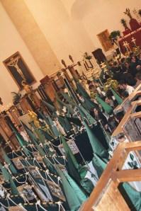 Los penitentes de los Blancos, en el trasiego previo a la salida dentro del templo. Foto: MARÍA GUZMÁN JIMÉNEZ.