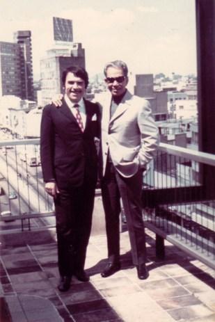 """Juan Bandera con Mario Moreno """"Cantinflas"""" en su oficina de México. Fotografía publicada en la web """"El Arte de Juan bandera"""" https://goo.gl/OHLnqn"""