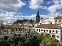 """La Giralda vista desde la sede del Fundación Amalio, donde se organizan numerosas actividades. """"Su casa"""", escribe el periodista Manuel Barrios, """"con los balcones abiertos al bellísimo pecado de la Plaza de Doña Elvira""""."""