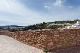 El mirador de El Lizón, con su espectacular lienzo de muralla. Foto: Diputación de Cádiz.