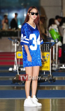 An over-sized jersey does not work for everyone. Good thing Lee Hyo Rim has the gams to show off