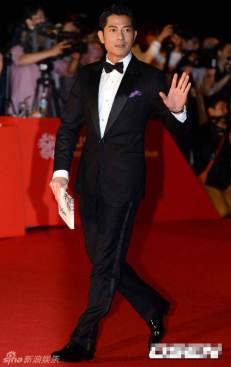 Aaron Kwok waves to the crowd