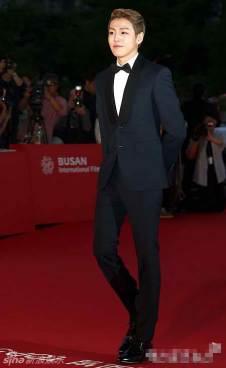 Lee Hyun Woo, dapper i n suit