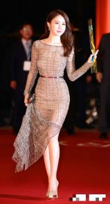 Yoo In Na shows her curves