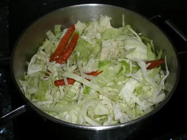 Pochar la col con las zanahorias fritas