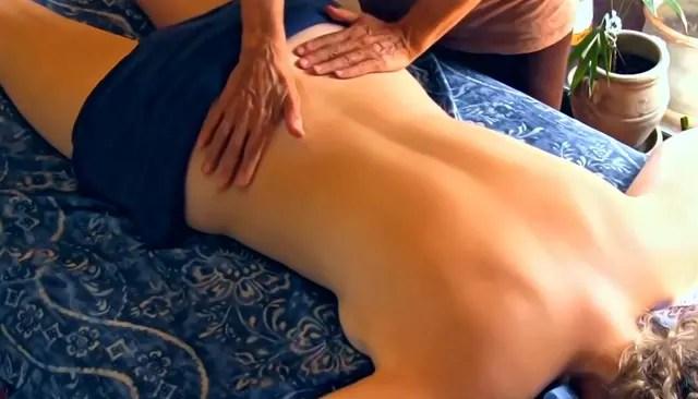 El aceite de coco en masaje.